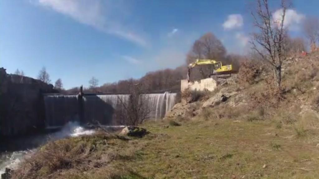 Demolición de la presa de Retuerta en el río Aravalle (Ávila).