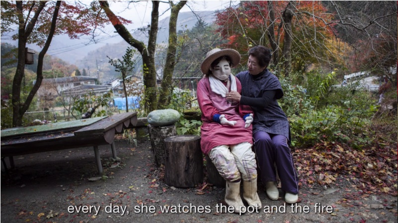 Fotograma del vídeo de Fritz Schumann, con Ayamo Tsukimi y su alter ego.