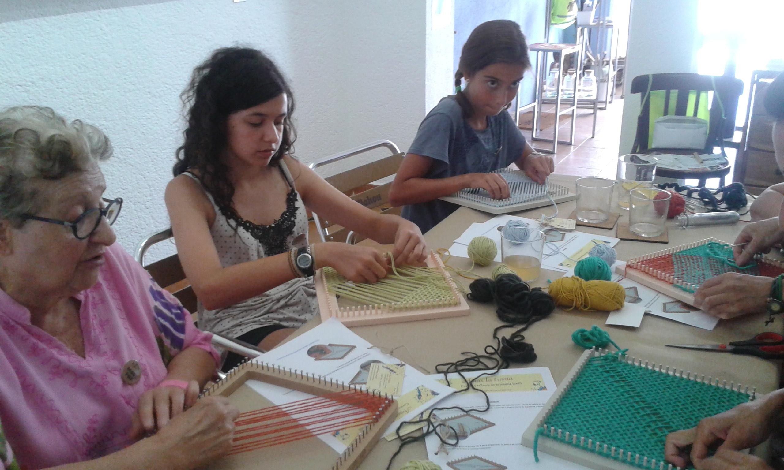 Concentradas tejiendo