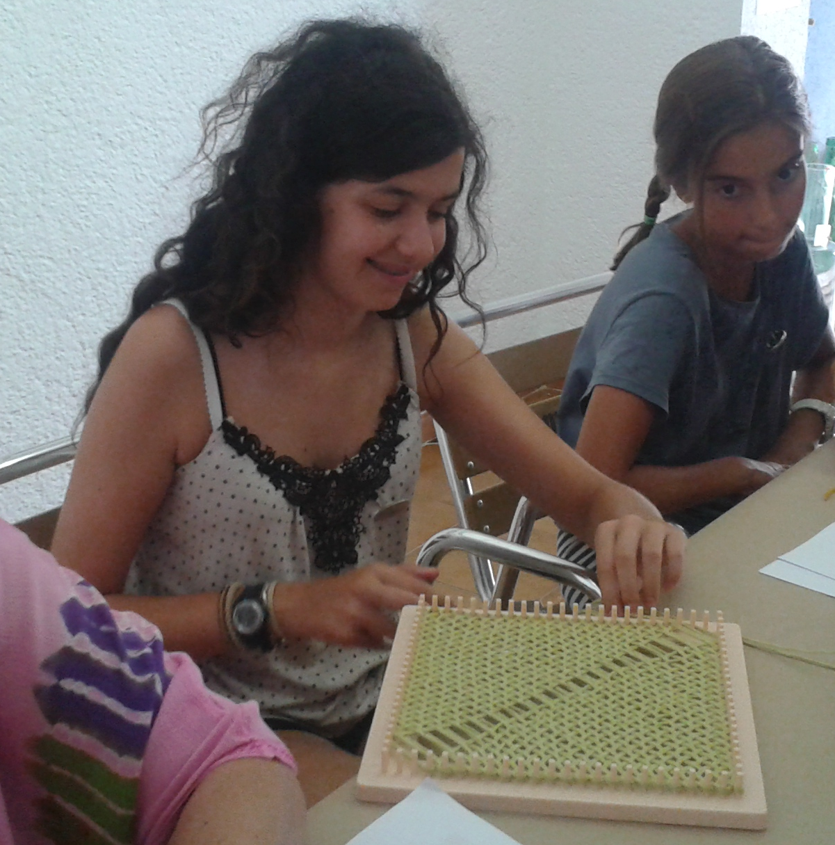 Marina y Alejandra tejiendo