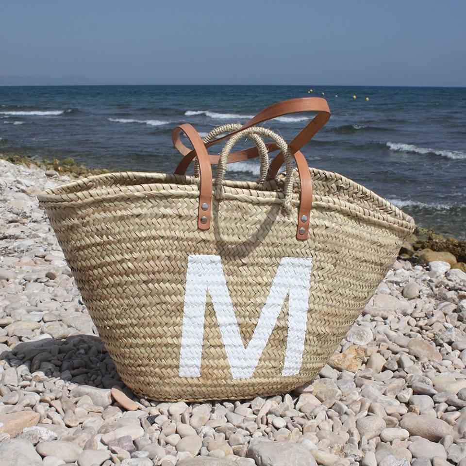 Capazo de playa con letra M en blanco