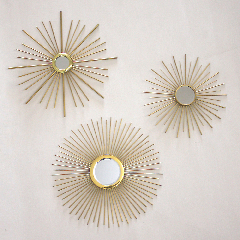 rafael crea unos espejos como soles dorados en su taller de dnia es un firme militante del reciclaje y cada maana sale a cosechar los objetos que