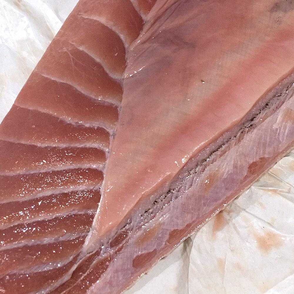 Ventresca, ijada, barriga o sorra de atún, antes de picar.