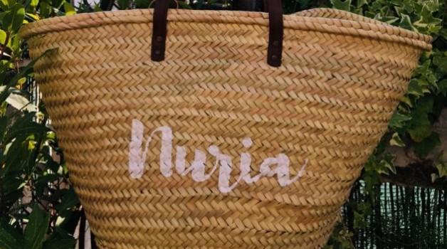 Capazo de paja con nombre pintado