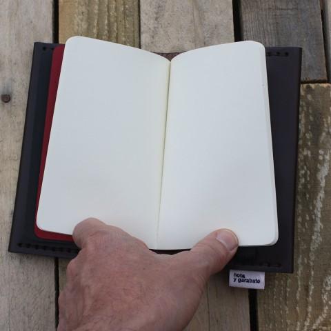 Cuaderno Moleskine rojo con hojas en blanco