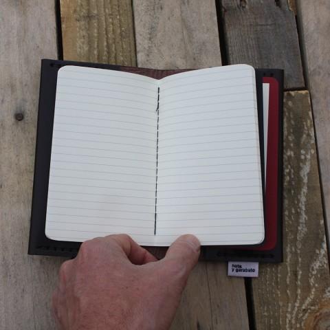 Cuaderno Moleskine negro con líneas