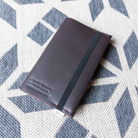 Libreta de piel Jumbo, con un texto grabado en la portada