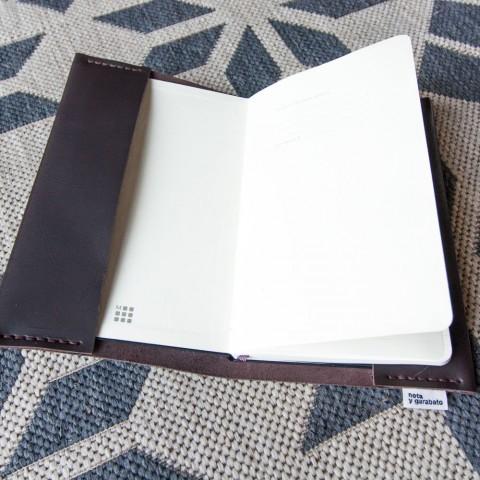 La libreta contiene un cuaderno con muchas páginas